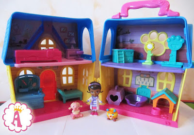 Двухэтажный дом для животных и куклы доктор Плюшевой в раскладном виде