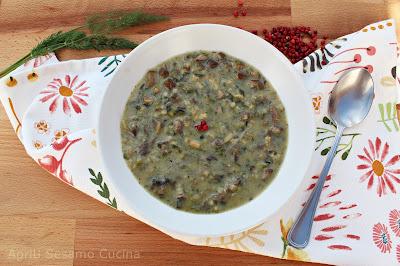 La zuppa maghiritsa, tradizionale piatto di Pasqua nelle sue versioni vegan e vegetarian. Squisita zuppa di funghi.