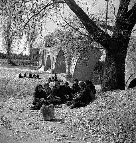 Άρτα: Γυναίκες στο Γεφύρι της Άρτας,το 1946