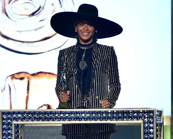Beyoncé recibe el premio Ícono de la Moda en los CFDA Awards 2016.