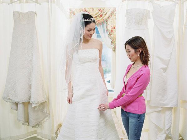 Thuê áo cưới tại một cửa hàng ở TPHCM