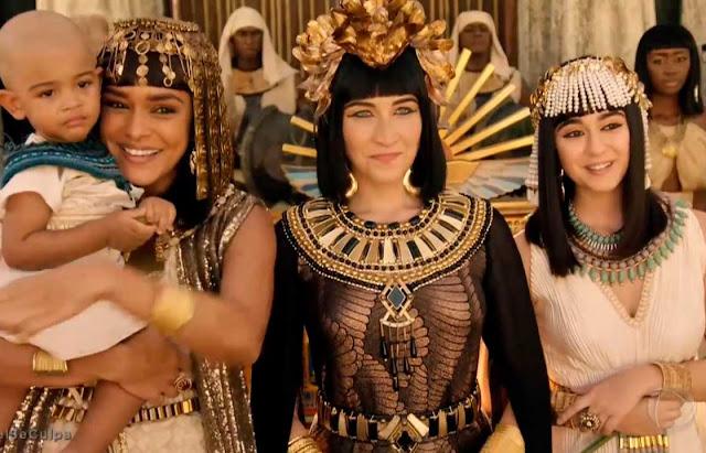 cena coroação do faraó roupas das egipcias
