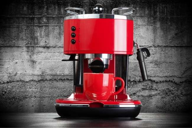 Cafeteira vermelha linda com xicara vermelha