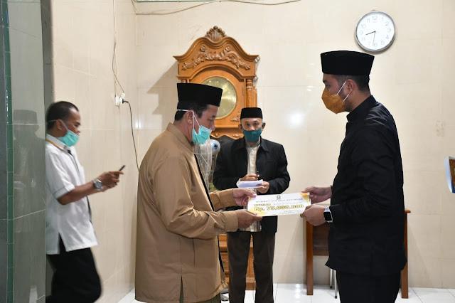 Bupati Serahkan Bantuan Dana Hibah Rp70 Juta di Masjid Nurut Tijarah
