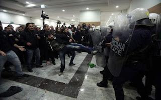 Αστυνομικοί κατά της κυβέρνησης για τους πλειστηριασμούς: Δεν θα ξεσπιτώσουμε εμείς τους Ελληνες