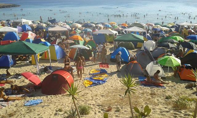 Un luogo da evitare. la spiaggia a ferragosto