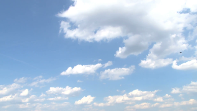 plane flying across partly cloudy sky  yvbehuxs  F0000 - Καιρός για 26-28 Ιανουαρίου: Αλκυονίδες εν όψη...