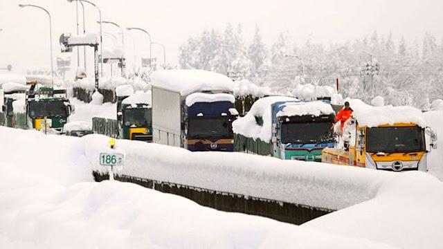 Kuzey Yarımküre'de birçok ülkeyi vuran kar fırtınasında, Japonya'da bir otoyolda ortaya çıkan görüntü dehşete düşürdü. 1000'i aşkın araç mahsur kaldı, 15 kilometreyi geçen kuyruktaki bekleyiş 40 saati buldu.