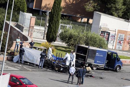 Roma, roulotte investita da incendio doloso, perdono la vita tre giovani sorelle