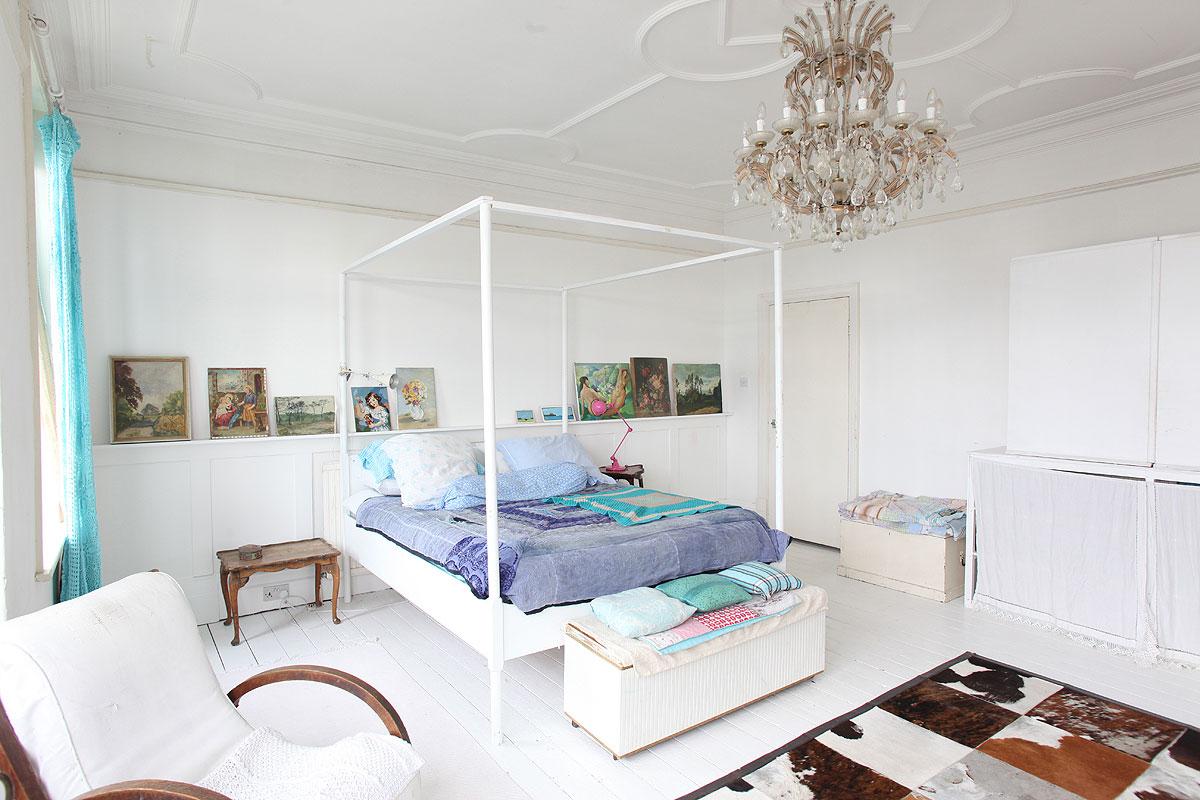 biała sypialnia, baldachim, łóżko z baldachimem