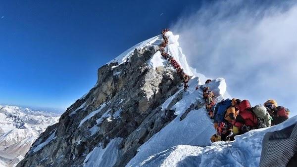 Por tráfico en la cima del Everest mueren 8 alpinistas