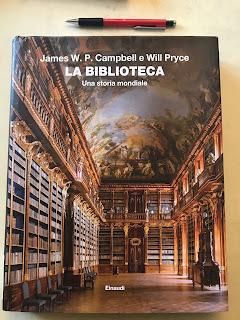 Copertina di La Biblioteca, con matita per confronto