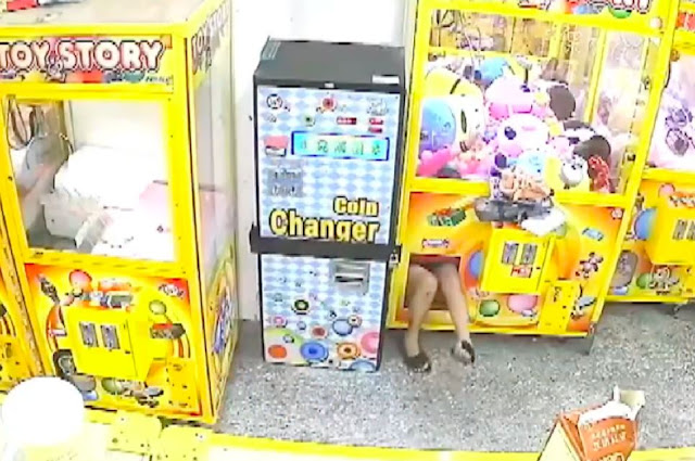 Ara-ara, Wanita Ini Nekat Masuk ke Mesin Capit Boneka, Lihat yang Terjadi setelahnya!