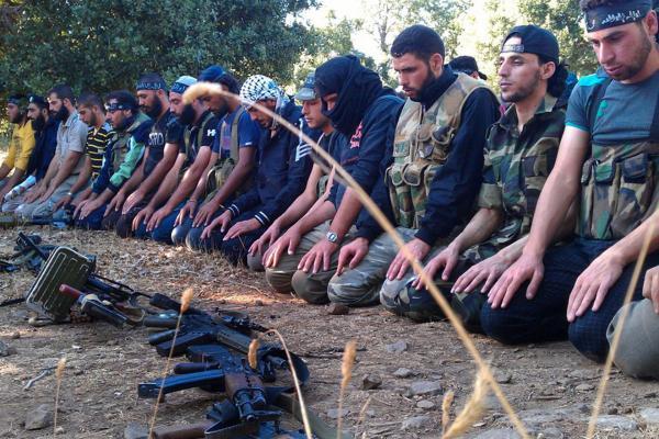 Free Syrian Army (FSA) sedang shalat di tengah kecamuk perang