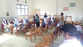 Bhabinkamtibmas Polsek Anggeraja Polres Enrekang Pantau Pelaksanaan Vaksin Di SMP 1 Anggeraja