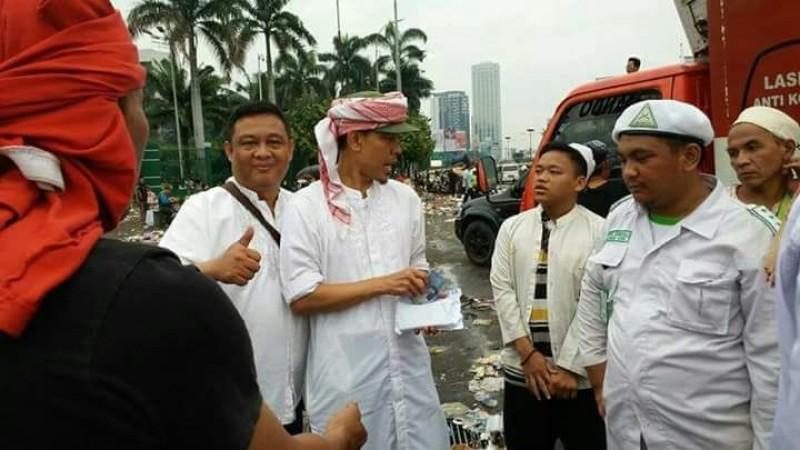 Munarman FPI bagi-bagi uang ke para demonstran