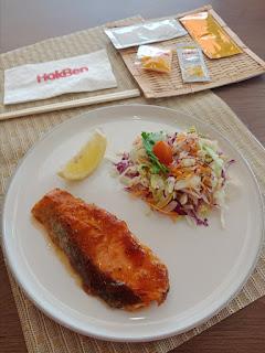 Salmon Guriru HokBen dengan Salad dan Dressing