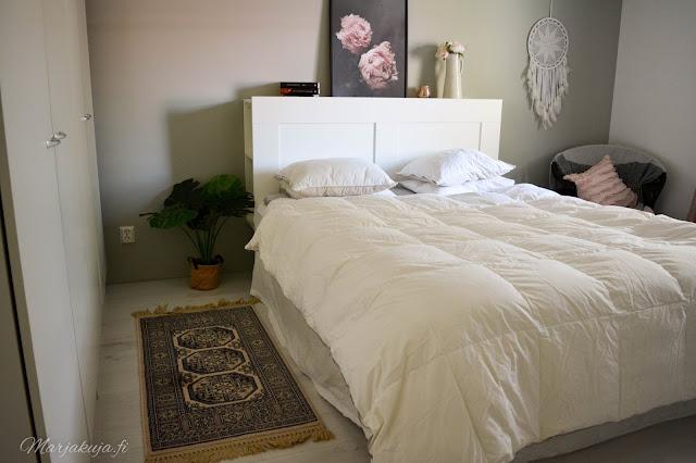 makuuhuone sisustus valkoinen untuva jysk ikea brimnes villamatto