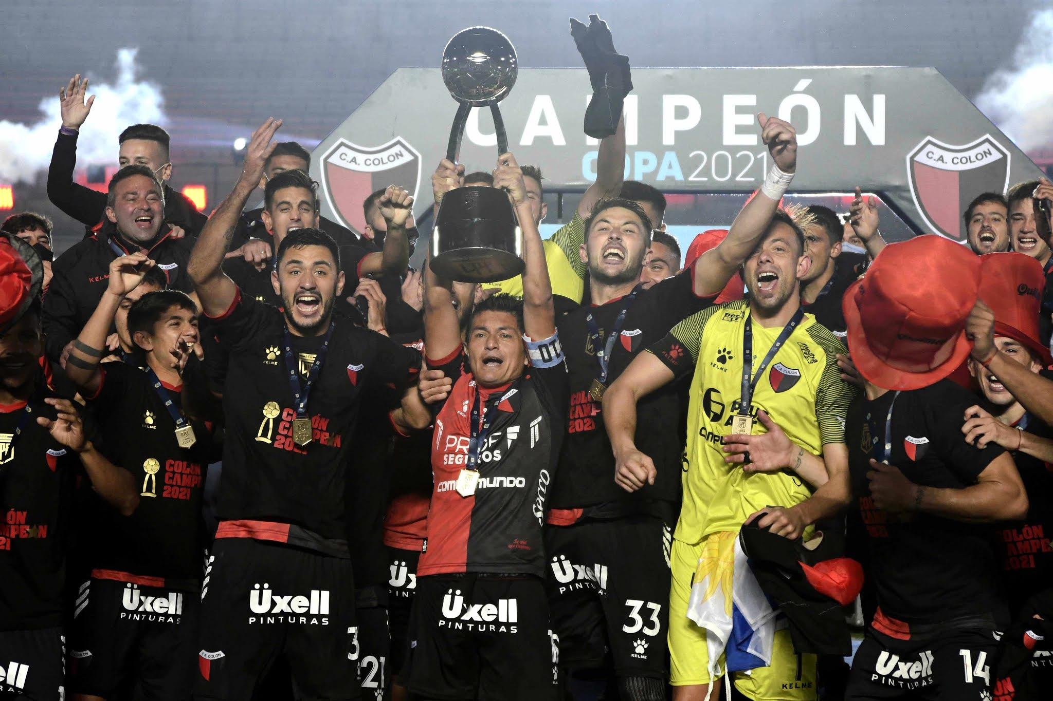 Colón goleó a Racing y salió campeón por primera vez en su historia