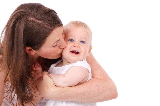 Dampak Dan Bahaya Bayi Sering Dicium