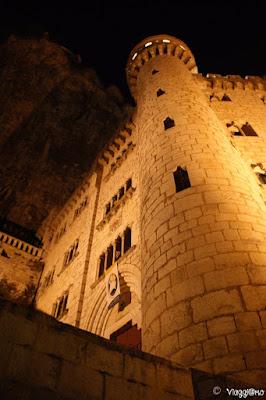 Il bel Palazzo del Vescovo di Rocamadour illuminato dalle luci della sera