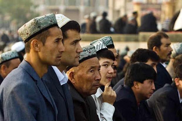 Astaga, Hanya Karna Amati Hilal, China Hukum 100 Warga Uighur