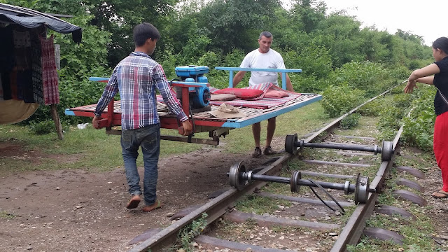 Montaje del tren de bambú al final del trayecto