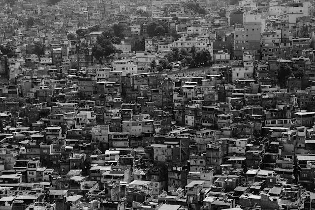 A dificuldade de isolamento social nas favelas