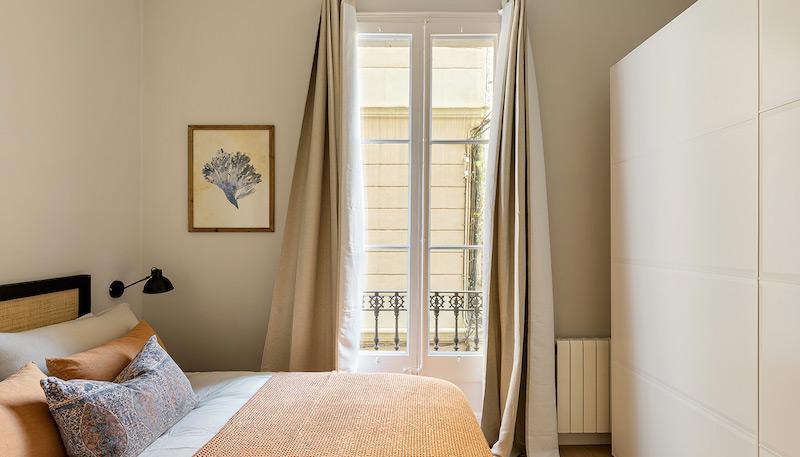 Dormitorio rústico con cabecero de madera y fibras naturales