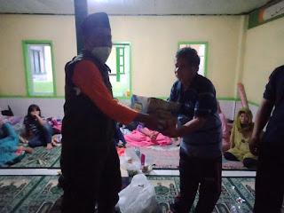 Relawan LPBI NU Sumedang mendistribusikan bantuan awal kepada warga terdampak longsor di Dusun Bojong Kondang, Desa Cihanjuang, Kecamatan Cimanggung, Kabupaten Sumedang, 10/01/2021 (photo twitte @pplpbinu)