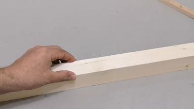 يد تمسك لوح من الخشب