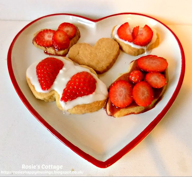 Shortbread cookies topped with icing sugar & sliced strawberries