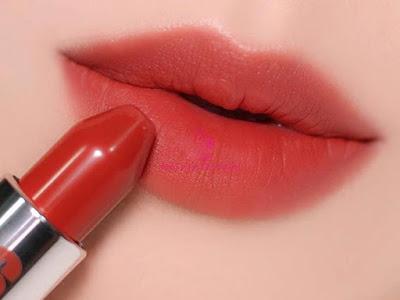 Sử dụng son dưỡng trước son lì để giúp lớp trang điểm môi lâu trôi hơn