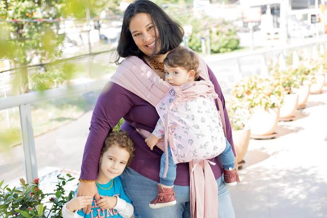mãe carregando filho no colo