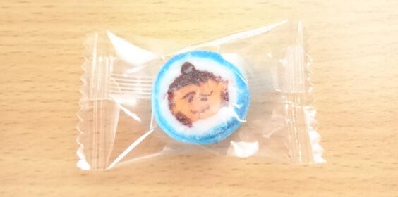 青色の浦島太郎飴。顔がグチャと潰れてるんですけど。