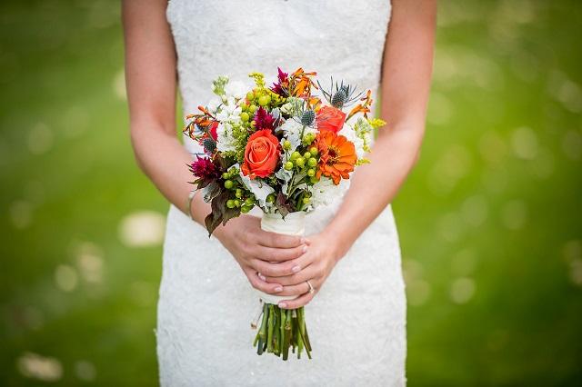 gambar orang megang bunga