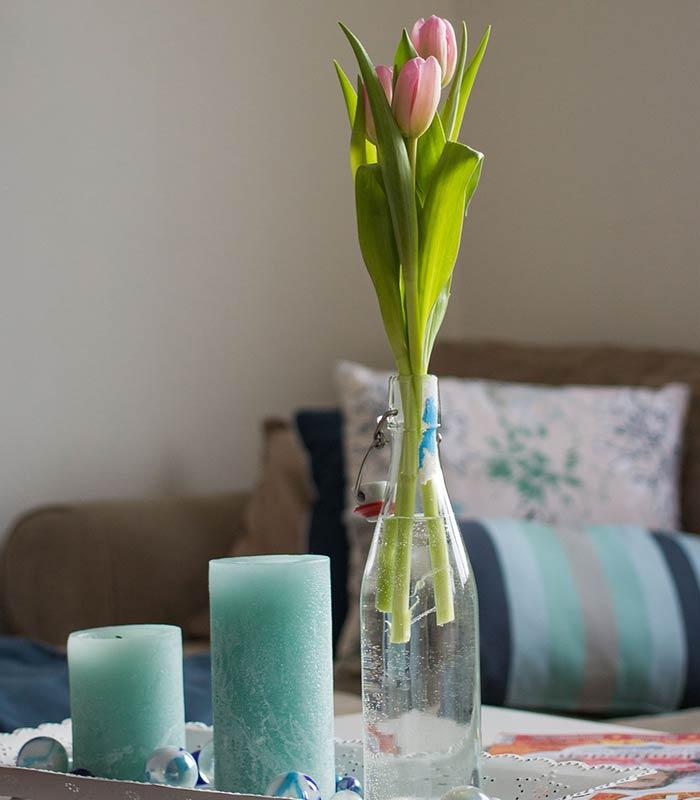 Flores em mesinha decorativa na sala de estar