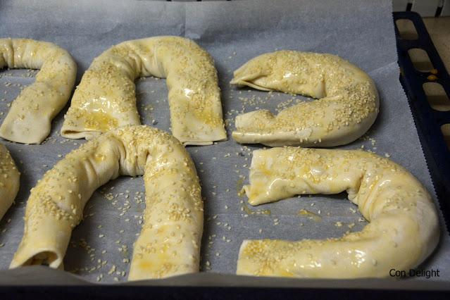 מאפה גבינות זיוה לפני אפייה בציפוי ביצה ושומשום