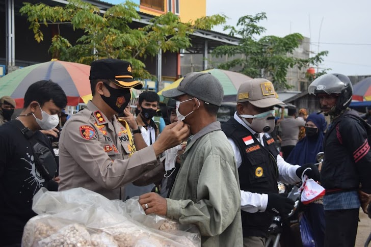 Kapolres Try Bersama Forkopimda Bone Bagi-bagi Masker di Rangkaikan Sosialisasi Prokes Covid-19, di Pasar