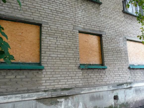 Авдіївка. Вулиці міста. Будинки с забитими фанерою вікнами