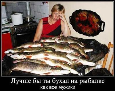 С сырой очищенной рыбы снимают филе для приготовления из него второго блюда. кости разрубают на несколько частей,  из голов вынимают жабры,  добавляют хвосты и плавники;  все это промывают,  кладут вместе с кореньями в кастрюлю,  заливают холодной водой и  варят при медленном кипении около часа.