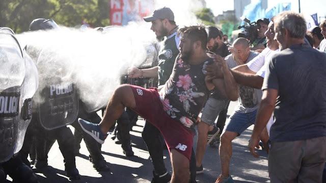 Manifestantes pro-Maduro generaron escaramuza cercana a embajada de EE.UU en Argentina.