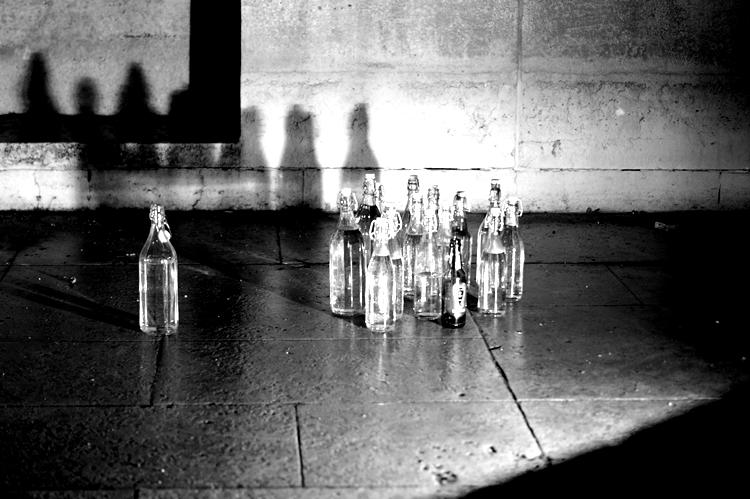 Blog & Fotografie by it's me! - Glasflaschen in einem leeren Brunnen