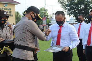 AKBP Deni Kurniawan Sik, MH  Memberi Reward Kepada Personil Polres Labuhanbatu dan Polsek