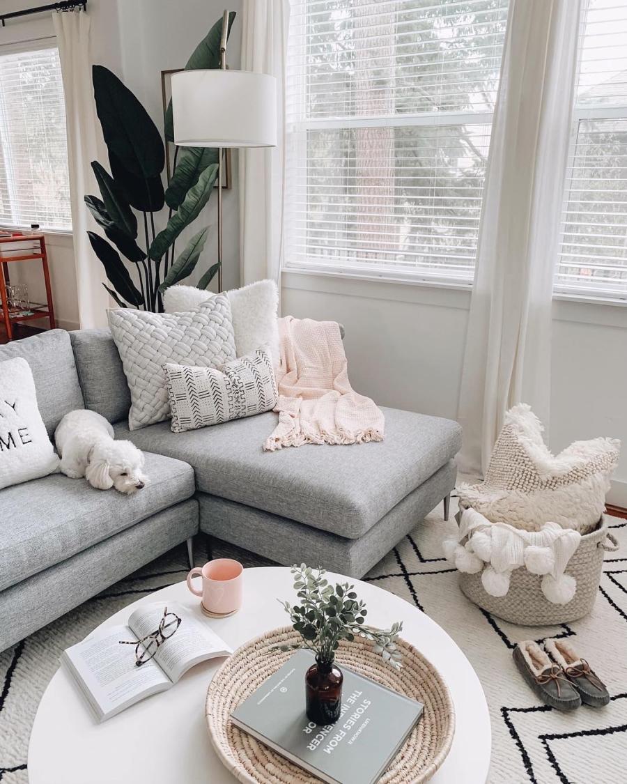 Proste i przytulne wnętrze w bieli, wystrój wnętrz, wnętrza, urządzanie domu, dekoracje wnętrz, aranżacja wnętrz, inspiracje wnętrz,interior design , dom i wnętrze, aranżacja mieszkania, modne wnętrza, białe wnętrza, wnętrza w bieli, styl skandynawski, minimalizm, naturalne dodatki, jasne wnętrza, salon, szary narożnik, poduszki, pledy