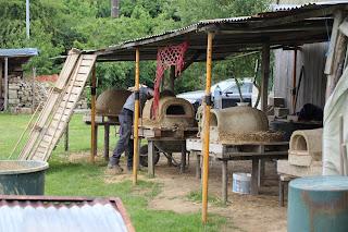 Fours en terre pendant leur construction lors d'un stage