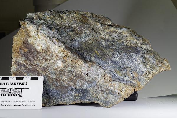 東京都日の出町のローソン石 割った面 Lawsonite from Tokyo