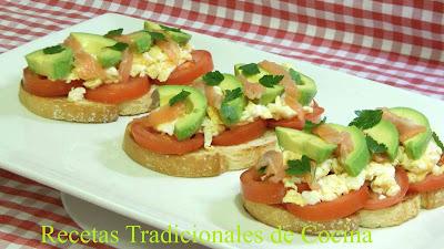 Tostas saludables de huevo revuelto, aguacate y salmón ahumado