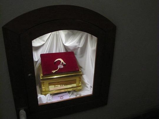 Za ołtarzem głównym możemy zobaczyć relikwie świętego