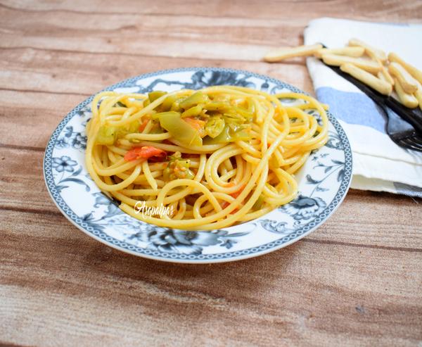 Bucatini con Salsa de Pimientos Verdes y Tomate